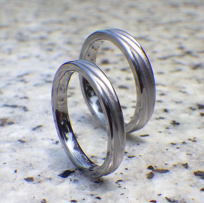 2つのリングでつながる波の彫刻・タンタルの結婚指輪 Tantalum Rings