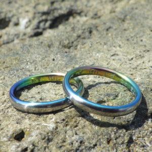 遊び心のある虹色に輝くジルコニウムの結婚指輪 Zirconium Rings