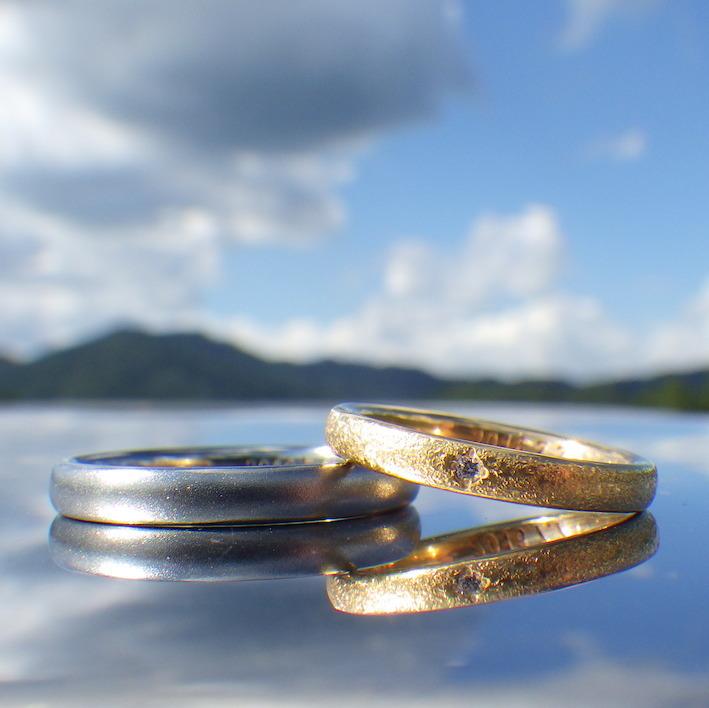 22金イエローゴールドと純ハフニウムのペアリング 22K Yellow Gold & Hafnium Rings