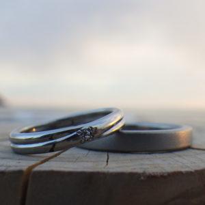 1つの材料から2つのハフニウムのリングを制作する鍛造技術