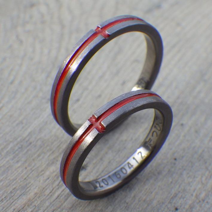 タンタルにジェルネイルで赤いクロスライン Tantalum Rings