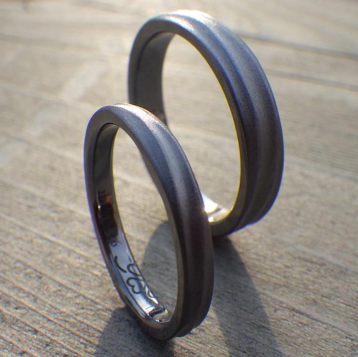 ぶつかり合い交わる波の彫刻・タンタルの結婚指輪 Tantalum Rings
