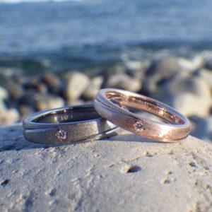 デザインは同じで素材を変えた色違いのペアリング Tatalum & Pink Gold Rings