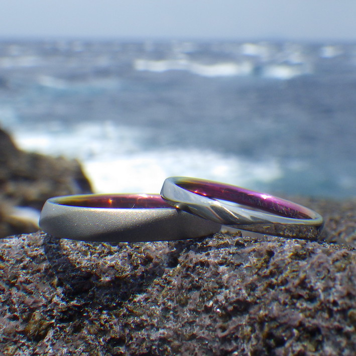 お揃いの鮮やかな発色・ジルコニウムの結婚指輪 Zirconium Rings