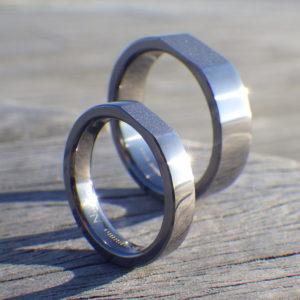 黄金矩形を削り出したデザイン・タンタルの結婚指輪