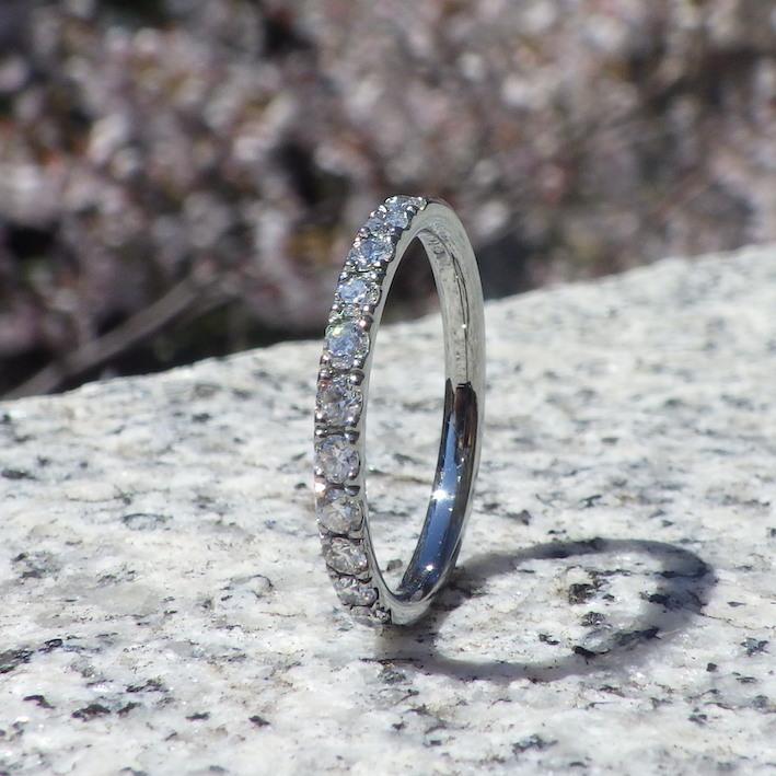 ハーフエタニティセッティングのダイヤモンドリング Hafnium Ring
