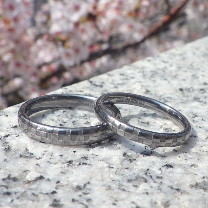 チェッカーフラッグのレーザー彫刻・タンタルの結婚指輪 Tantalum Rings