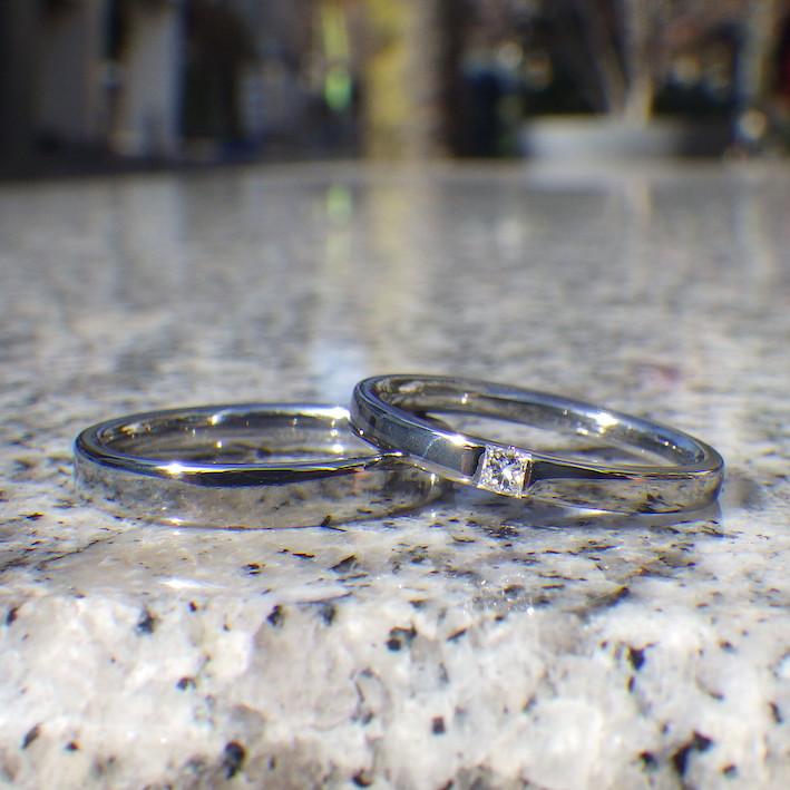 美しいバランス!プリンセスハグセッティングのハフニウムリング Hafnium Rings