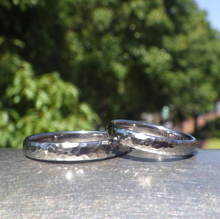 光をばらまいたような鎚目仕上げ・タンタルの結婚指輪 Tantalum Rings