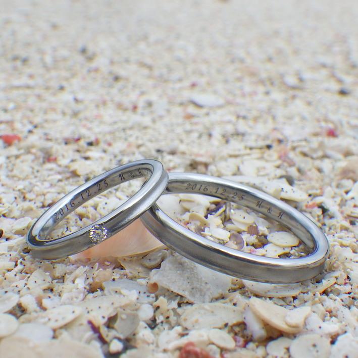 幅いっぱいのダイヤモンドを留めたハフニウムの結婚指輪 Hafnium Rings