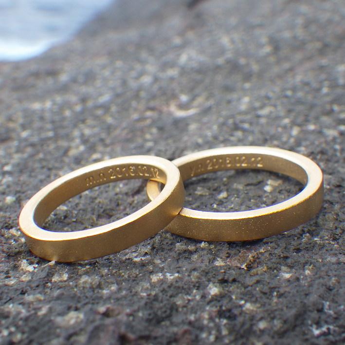 グラフィックデザイナーのおふたりが選んだ22金イエローゴールドの結婚指輪 22K Yellow Gold Rings