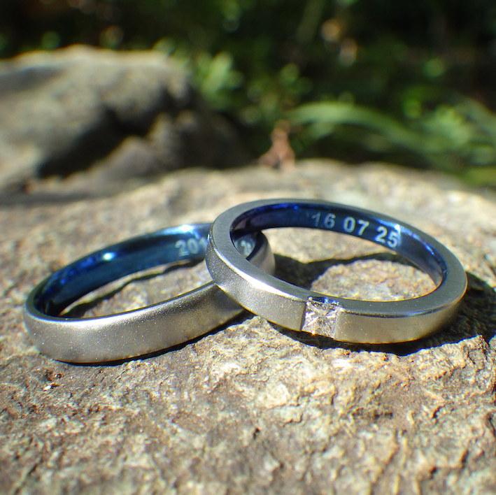 ハフニウムのロイヤルブルー・プリンセスハグセッティングの結婚指輪 Hafnium Rings