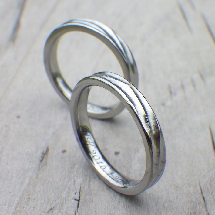 穏やかな湖面のような波の彫刻・ハフニウムの結婚指輪 Hafnium Rings