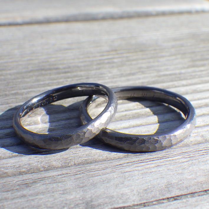 鎚目加工にサンドブラストを重ねた落ち着いた雰囲気・タンタルの結婚指輪