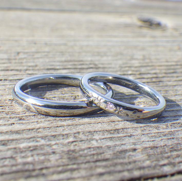 サクラの花びらが舞う意匠・ハフニウムの結婚指輪 Hafnium Rings