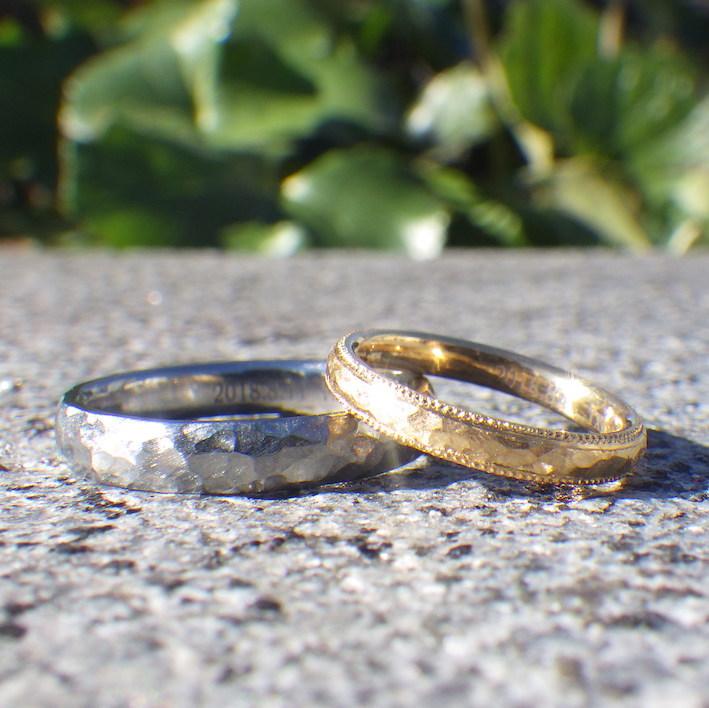 荒らし鎚目とミルの美しい雰囲気・ハフニウムとイエローゴールドの結婚指輪 Hafnium & Yellow Gold Rings