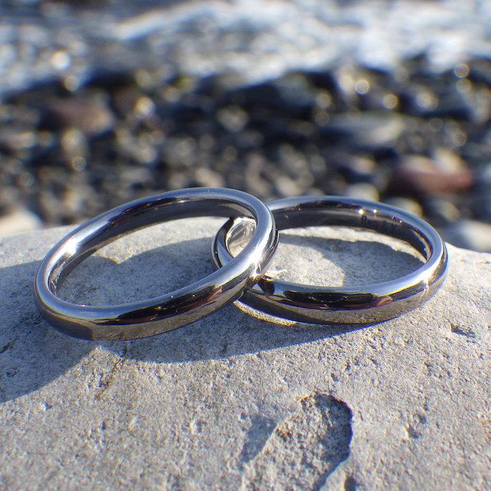 金属アレルギーでも、お二人で仲良く着けられるタンタルの結婚指輪