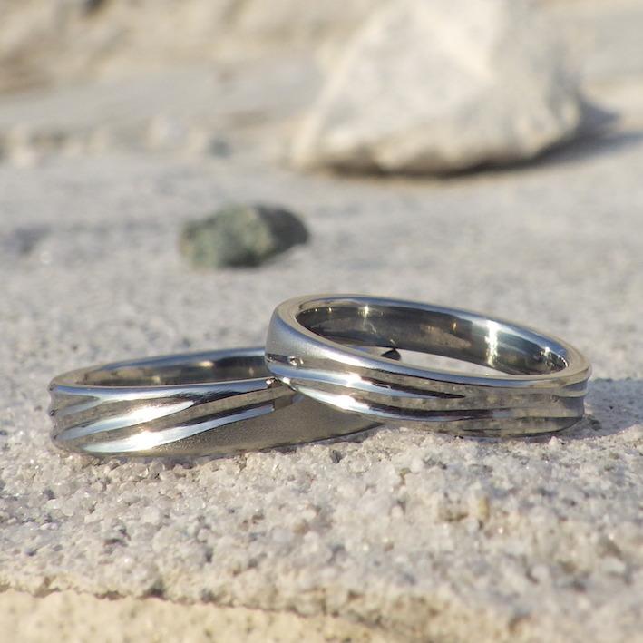 波と海岸線のフォルムをデザインに・ハフニウムの結婚指輪 Hafnium Rings