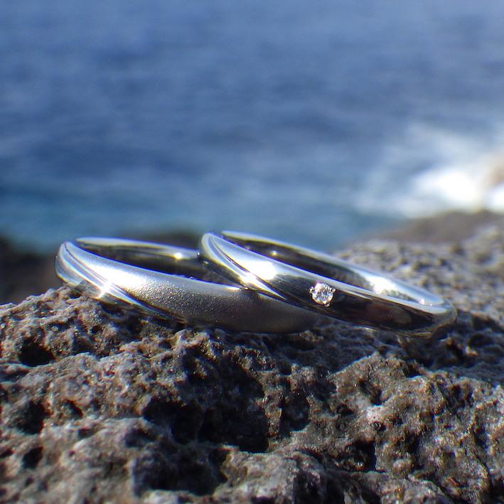 お揃いのデザインを一緒に考案・ハフニウムの結婚指輪 Hafnium Rings