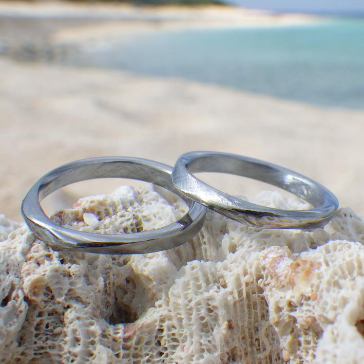 優しい着け心地!メビウスの輪のデザインのハフニウムの結婚指輪 Hafnium Rings