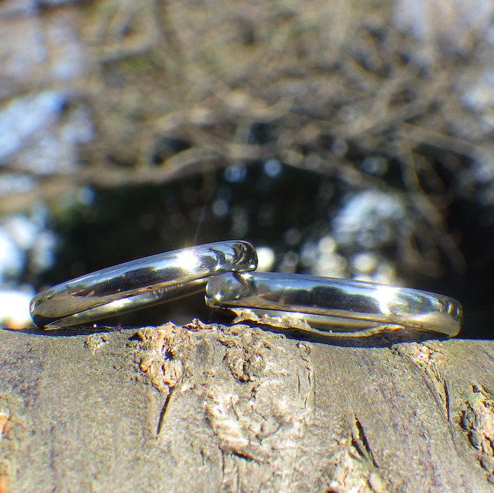 時間と手間をかけて手作業で仕上げたハフニウムの結婚指輪 Hafnium Rings