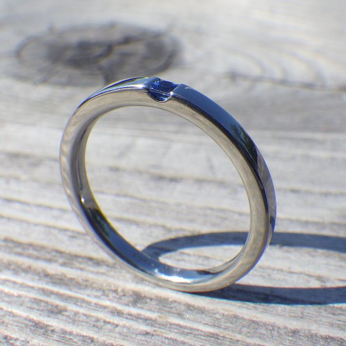 サファイアをプリンセスハグセッティング・ハフニウムの婚約指輪 Hafnium Ring