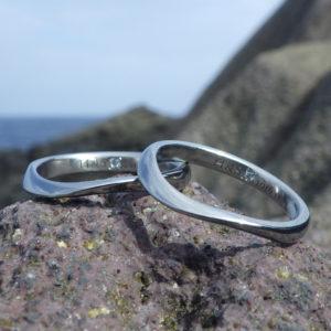 リング内側にブルーダイヤモンドを石留め・ハフニウムの結婚指輪 Hafnium Rings
