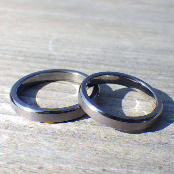 シャープな面取りの鏡面が美しいタンタルの結婚指輪 Tantalum Rings