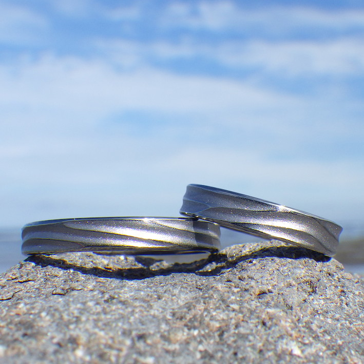 波の彫刻・金属アレルギーにならないタンタルの結婚指輪 Tantalum Rings