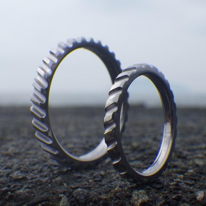 互いが噛み合う歯車をデザインに・タンタルの結婚指輪 Tantalum Rings