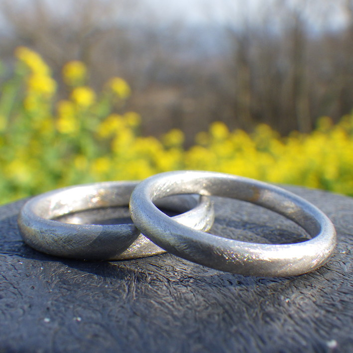 内周に三日月の金ロウ流し象嵌を施したプラチナの結婚指輪 Platinum Rings