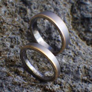 タンタルとゴールドの絶妙な組み合わせ・オーダーメイド結婚指輪 Tantalum & Yellow Gold Rings