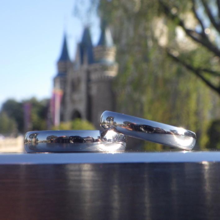 美しく世界を映し込む鏡面・タンタルの結婚指輪 Tantalum Rings