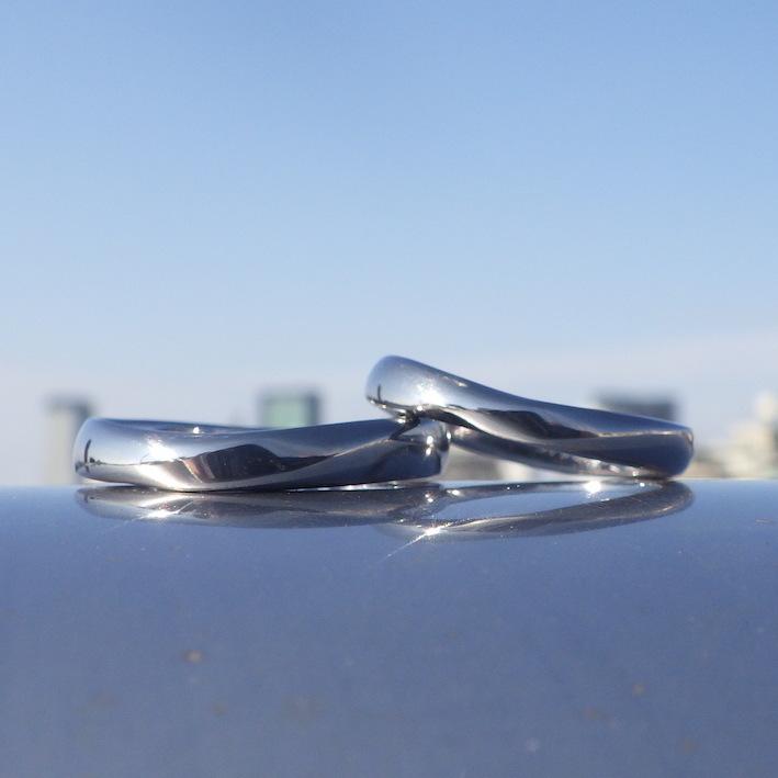 メビウスの輪のデザインを柔らかい丸みのあるフォルムにアレンジ・タンタルの結婚指輪 Tantalum Rings