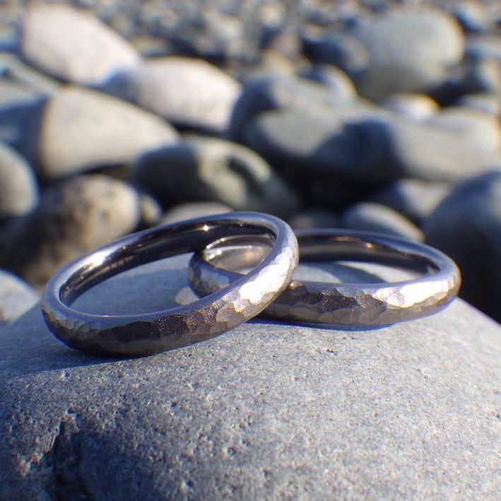 鎚目+サンドブラスト仕上げの独特の雰囲気・タンタルの結婚指輪 Tantalum Rings