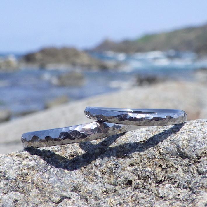金槌で叩いた独特のテクスチャー・タンタルの結婚指輪 Tantalum Rings