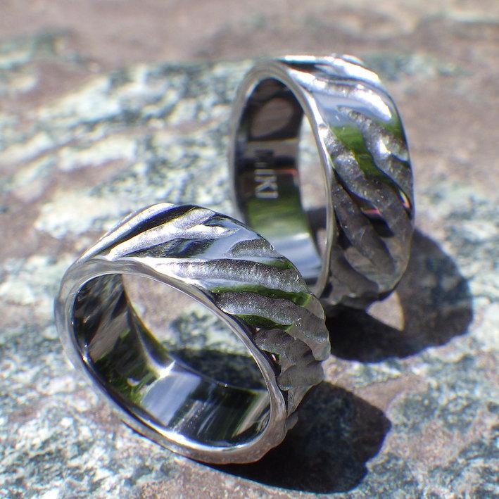 ゼブラ柄の彫りを入れたタンタルの結婚指輪 Tantalum Rings