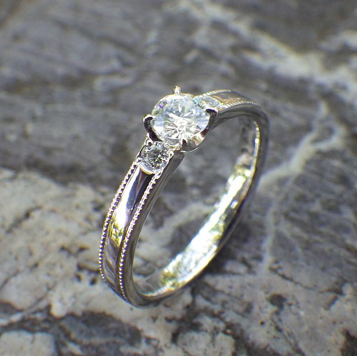 クラシカルなデザインを現代的に・4つヅメの婚約指輪 Iridium & Platinum Ring