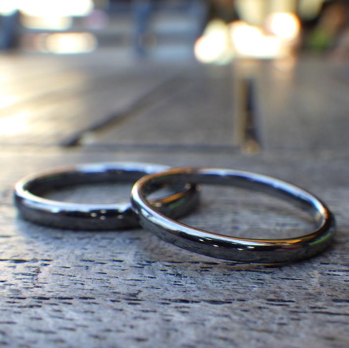 細身でシンプルながらも存在感のあるタンタルの結婚指輪 Tantalum Rings
