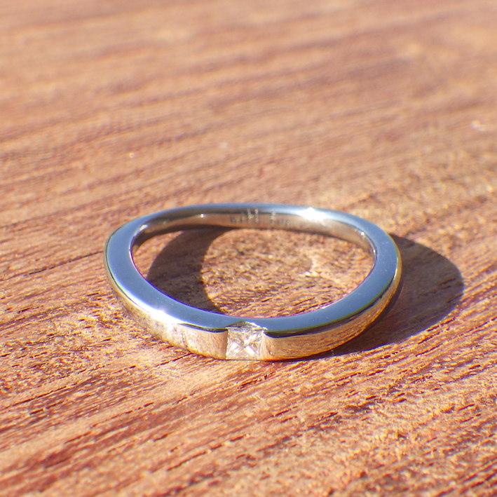 プリンセスハグセッティングをアレンジ!ハフニウムの婚約指輪 Hafnium Ring