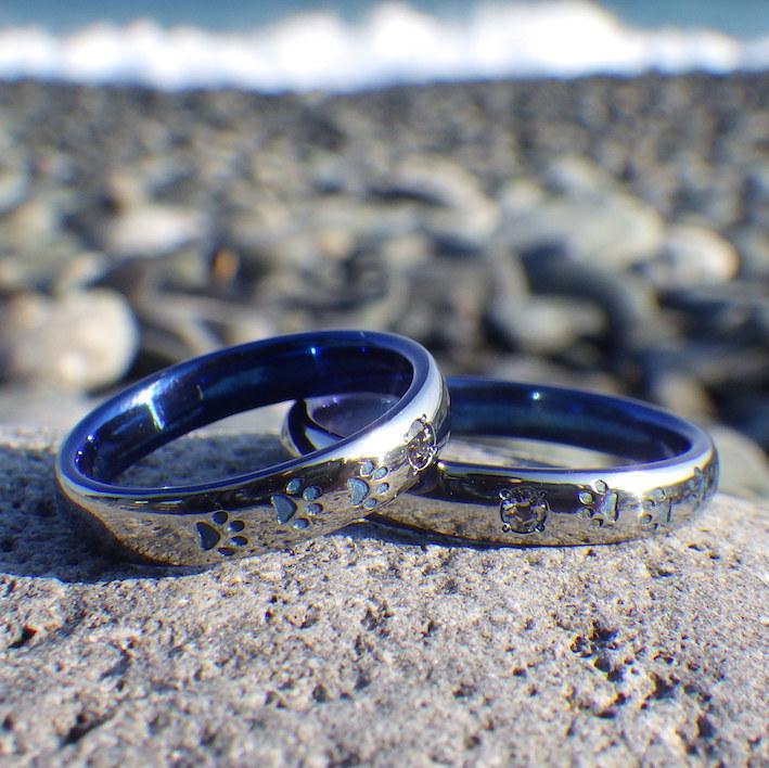 アレキサンドライトとクマの足跡のデザイン・ハフニウムの結婚指輪 Hafnium Rings