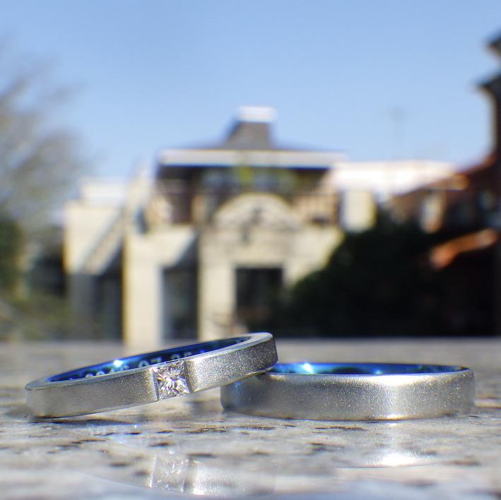 ハフニウムのロイヤルブルー・プリンセスハグセッティングの結婚指輪