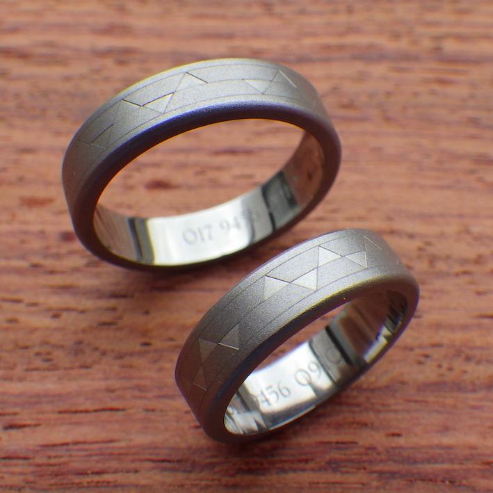 幾何学模様を彫刻・タンタルの結婚指輪