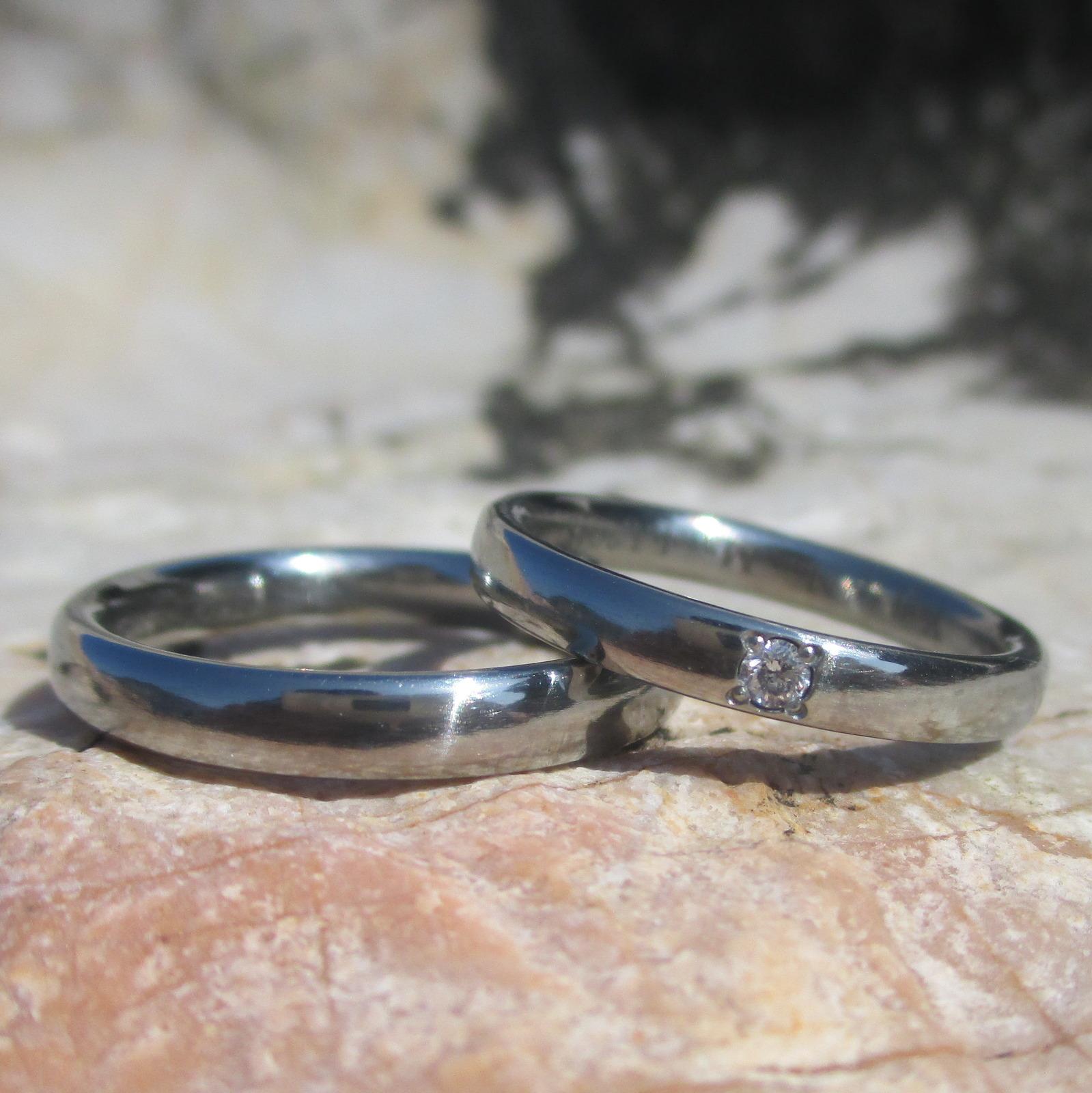 ダイヤモンドを石留めしたハフニウムの結婚指輪 Hafnium Rings