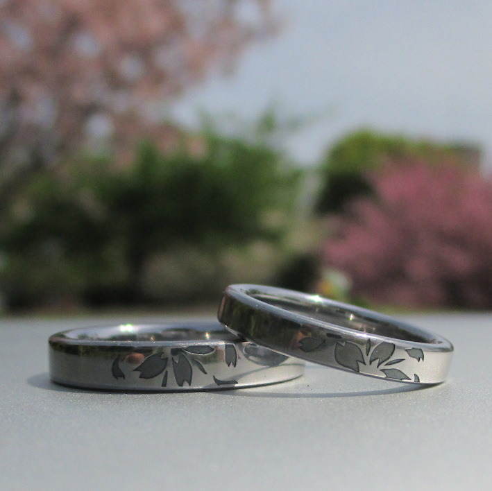 サクラの花びらが舞うタンタルの結婚指輪 Tantalum Rings