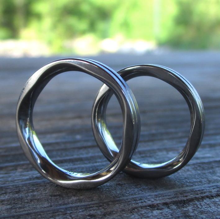 内周に特徴的な彫刻・タンタルの結婚指輪 Tantalum Rings