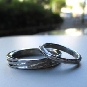 1つのハフニウム材から、2つの異なるデザインを削り出したハフニウムの結婚指輪 Hafnium Rings