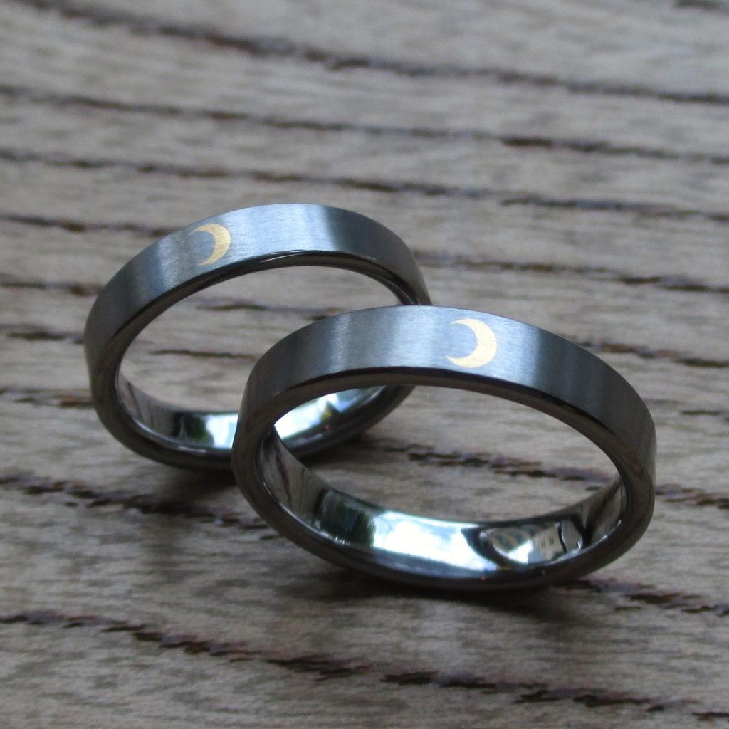 金の三日月の象嵌が美しいタンタルの結婚指輪