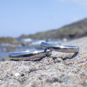 美しいサインカーブを描くデザイン・ハフニウムの結婚指輪 Hafnium Rings