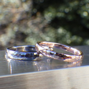 タンタルとピンクゴールドの鎚目仕上げの結婚指輪 Tantalum & Pink Gold Rings
